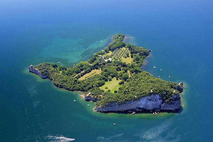 Luftaufnahme von der Insel Bisentina im Lago di Bolsena, Italien.
